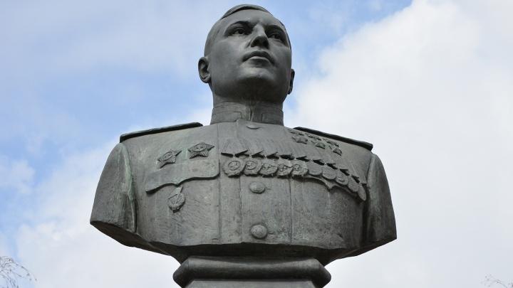 Вандалы попытались разобрать забор около бюста маршала Покрышкина на Красном проспекте