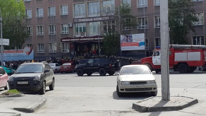 К СибУПК приехали пожарные: из университета эвакуировали студентов