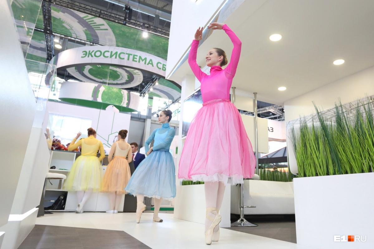 Девушки застывают в эффектных позах, чтобы гости выставки могли на них полюбоваться