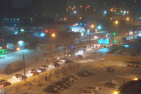 Так выглядит движение на Комсомольской недалеко от нового светофора в 7 утра