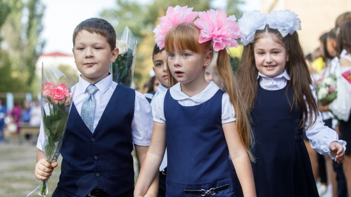 В первый пошел: смотрим эмоциональныефотографии со школьных линеек в Волгограде