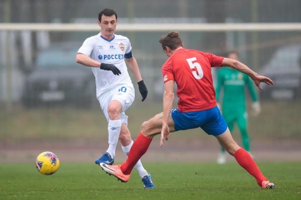 Алан Дзагоев атакует ворота СКА