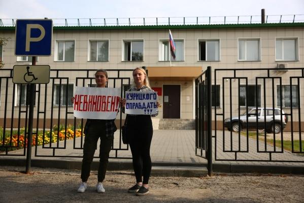 Бывшие ученики обвиняемого вышли с плакатами в его поддержку перед зданием суда