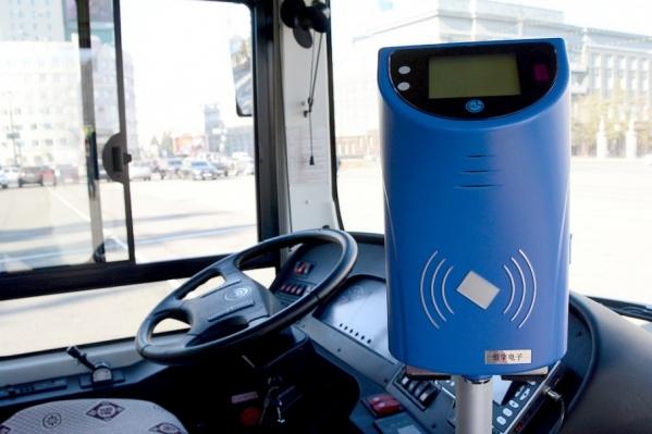 В Кургане вводят безналичную оплату билетов в автобусе: рассчитаться можно будет банковской картой, электронным проездным и смартфоном