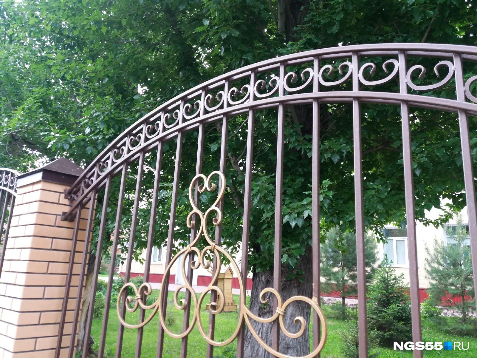 В особо благополучных школах проблему решать и не надо — кованый забор не имеет штырей