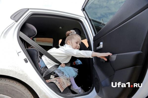 За оставление ребёнка в машине теперь придётся выложить 500 рублей