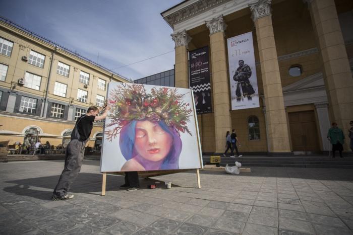 Около «Победы» начали ставить конструкции с работами уличных художников
