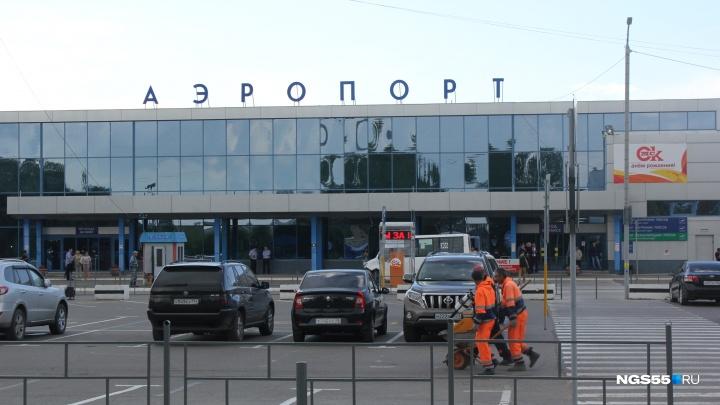 Омский аэропорт решил отремонтировать свою стоянку для автомобилей