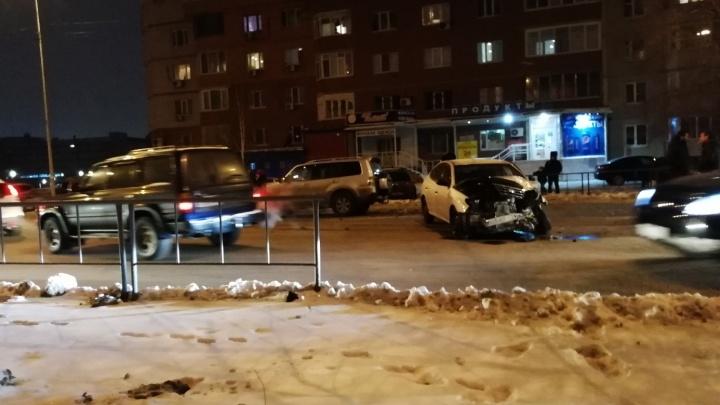 В аварии на Фёдорова в Тюмени пострадал мужчина, его увезли в больницу