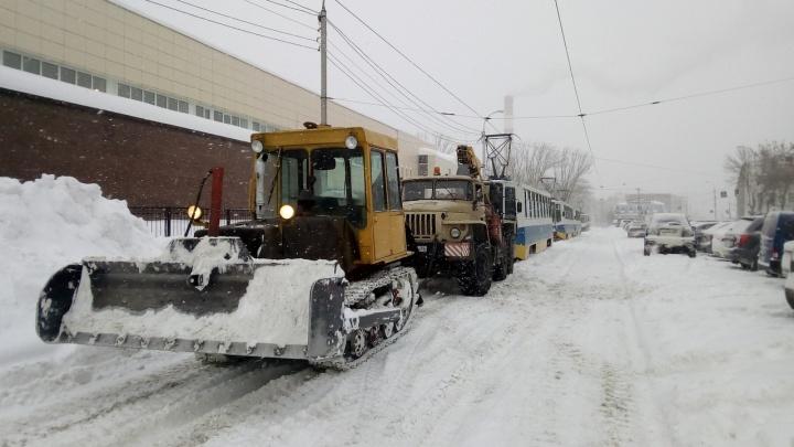 Паровозик: в Уфе трактором и самосвалом вытянули застрявший трамвай