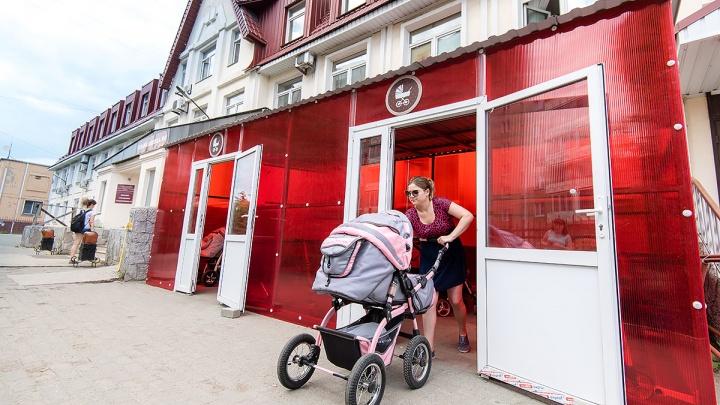 «Подумали, что курилка»: первая в Челябинске детская поликлиника обзавелась колясочной
