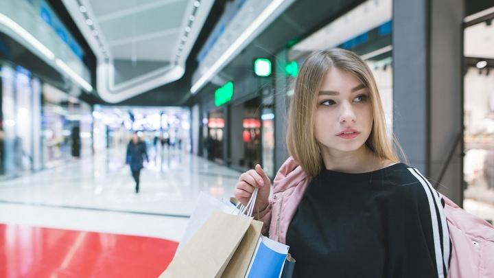 Девушка вынесла из магазина электроники два пакета товаров, подумав, что продавец ошибся с ценами