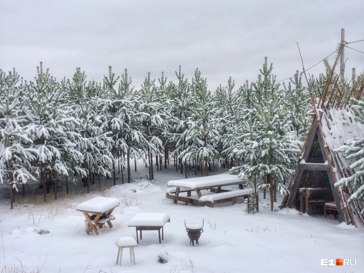 «Это Урал, детка»: как Екатеринбург пережил сильнейший апрельский снегопад и лепил снеговиков