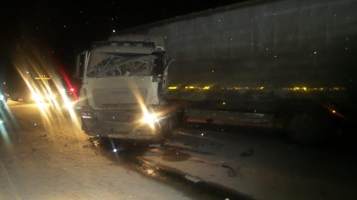 На ЕКАД лоб в лоб столкнулись фура и «газель»: из фургона по дороге рассыпалось замороженное мясо