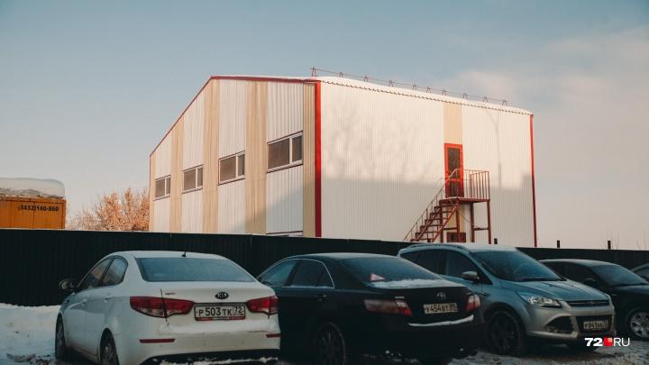 Ангар, обшитый дешевыми панелями: тюменцев возмутил внешний вид гостиницы, построенной на набережной