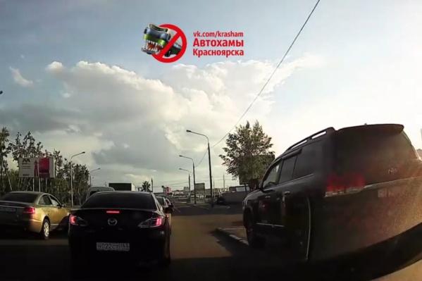 Водитель «Крузера» решил объехать пробку по тротуару