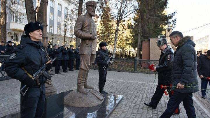 В Уфе появился двухметровый полицейский: у здания МВД открыли новый арт-объект