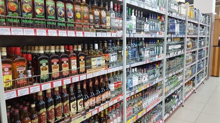 В Кургане задержали двух подозреваемых в грабежах: мужчины воровали алкоголь с прилавков магазинов