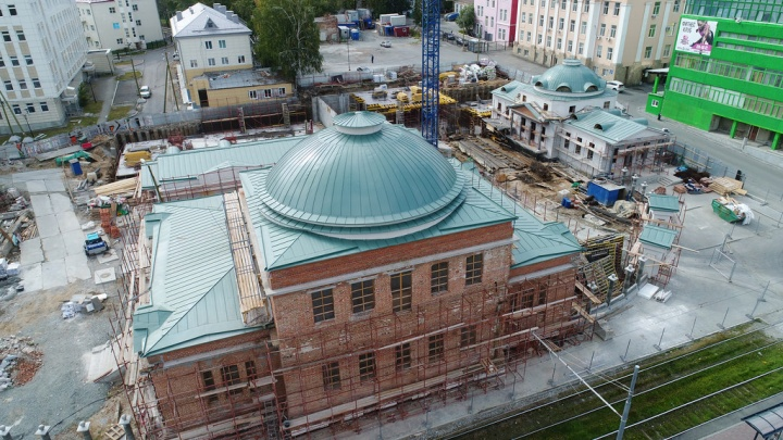 На госпитале Верх-Исетского завода появились зелёные купола: смотрим на старинное здание с высоты