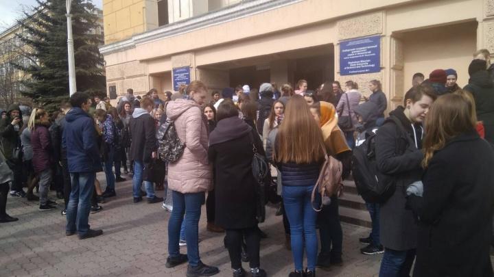 Студентов СибГУ на Мира вывели на улицу из-за тревоги