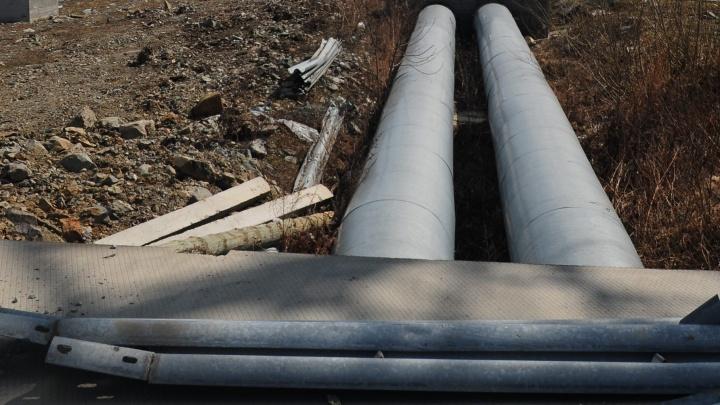 На Урале двоих рабочих задавило металлической трубой