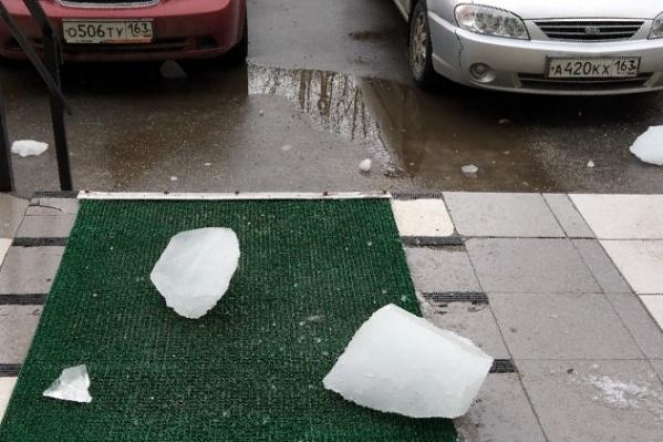 Глыба льда упала женщине на руку