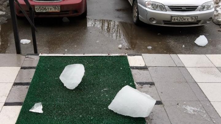 «Карма или кто-то плохо работает?»: на жительницу Самарской области сошла глыба льда