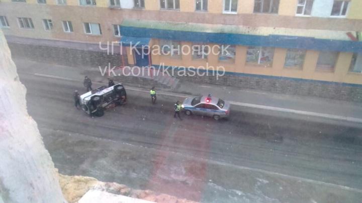 В Дудинке на скользкой дороге полицейский УАЗик опрокинулся на бок
