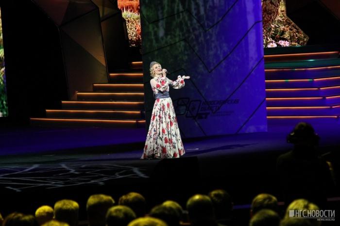 Пелагея во время выступления в театре оперы и балета на торжественном собрании к 80-летию Новосибирской области