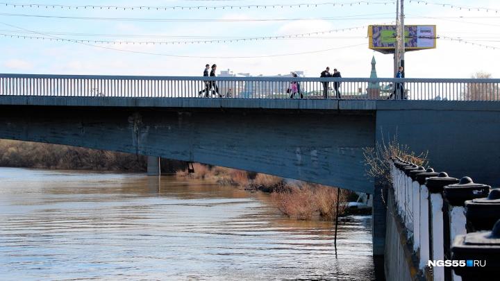 В Омске накажут дворника, который выбрасывал мусор с моста в реку