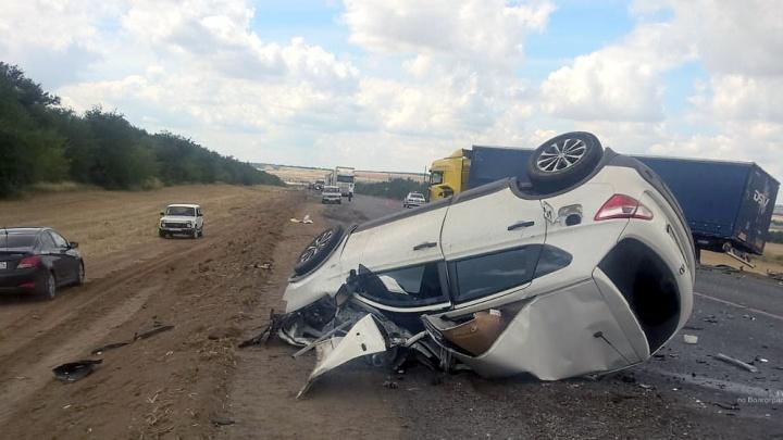 Смертельное ДТП на трассе в Волгоградской области: Nissan перевернулся после столкновения с фурой