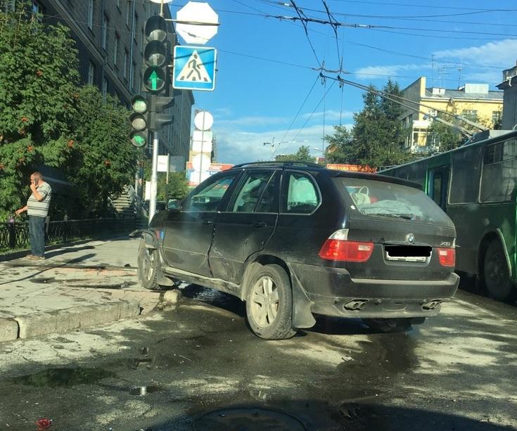 Девушка пострадала вмассовом ДТП наКрасном проспекте вНовосибирске