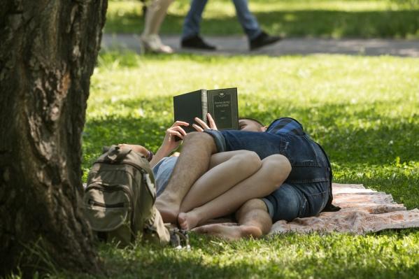 Новосибирцы не против почитать Александра Куприна, лёжа в парке