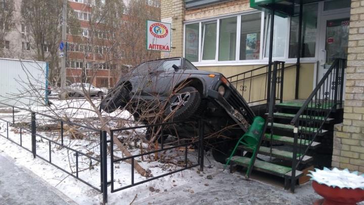 В Самаре пьяный водитель на «Ниве» снес крыльцо аптеки
