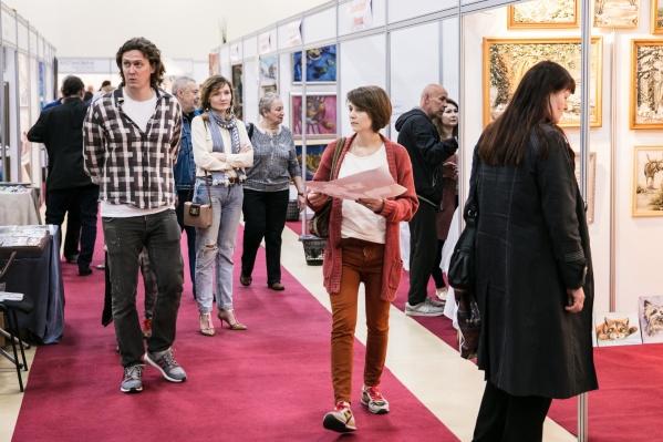 В этом году выставка соберет на одной площадке более 3000 картин и предметов декоративно-прикладного искусства