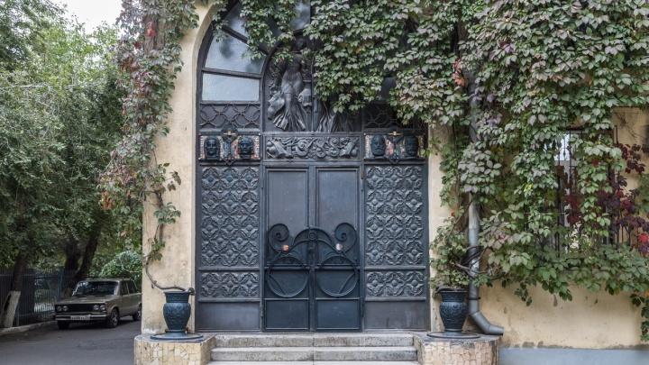 «Хочу оставить людям красоту»: скульптор украсил дом на улице Мира блюдами с котом и Родиной-матерью