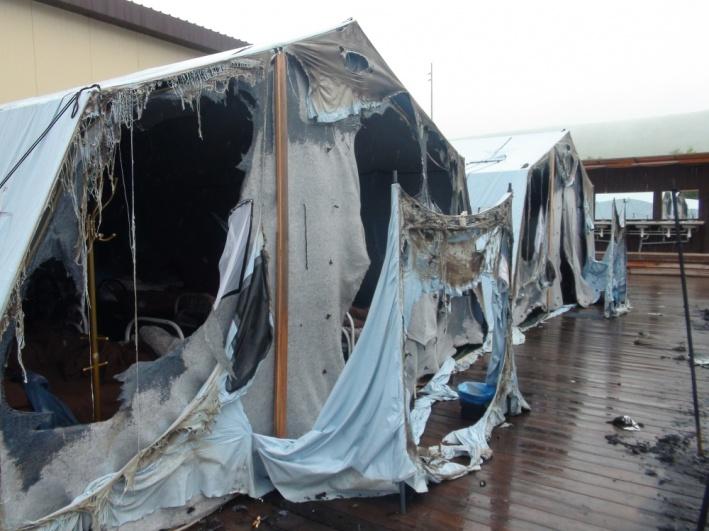 Работники лагеря и охрана первое время пытались тушить огонь самостоятельно