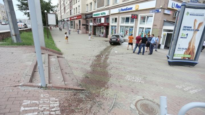 «Было очень громко и страшно»: в банковский офис в центре Челябинска врезалась машина