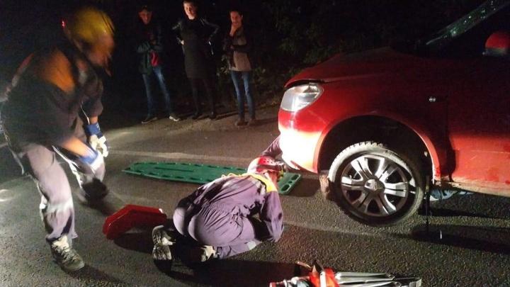 На Сибирском тракте женщина наSKODA сбила мужчину, его затянуло под машину