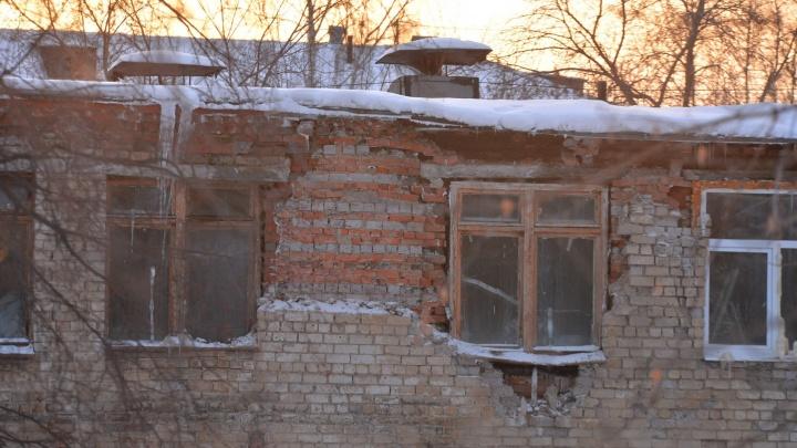 На Уралмаше провалилась крыша закрытого детского сада