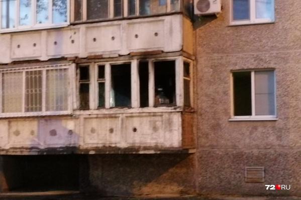 Огонь успел повредить только балкон