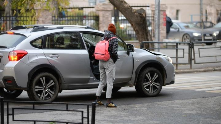 Водители против «яжематерей» за рулём: горожане возмутились тем, как паркуются возле школ