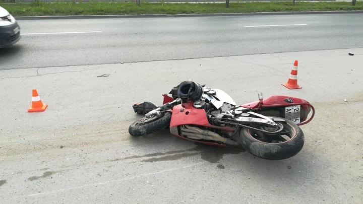 Мотоциклист въехал в попутного велосипедиста на Богдашке: пострадавших увезла скорая