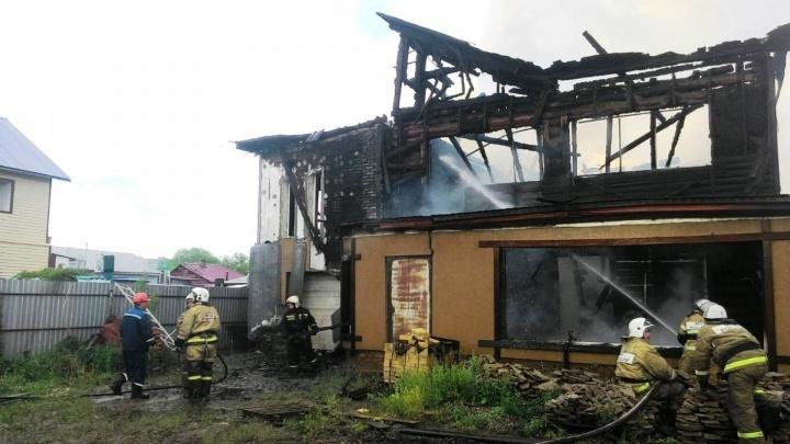 30 пожарных тушат горящий дом в Привокзальном посёлке
