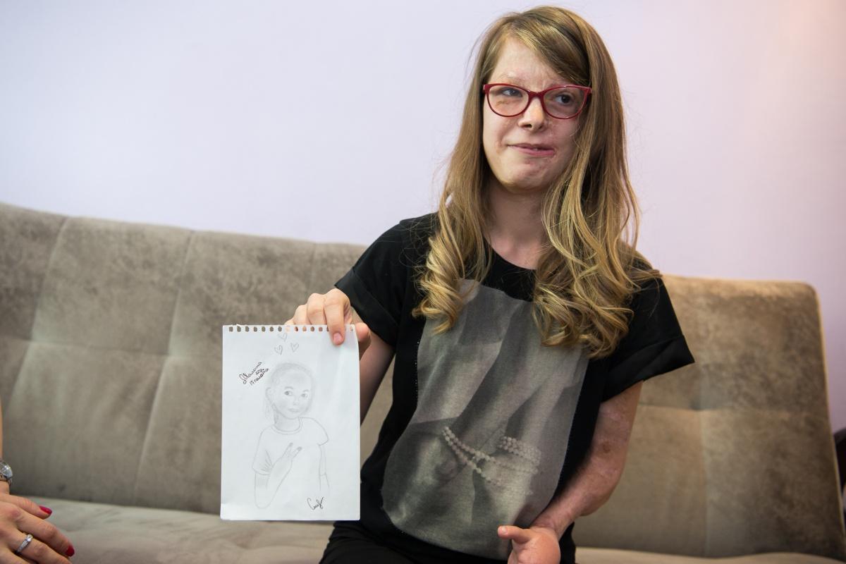 Портрет одной из соседок по палате, который нарисовала Алина, когда приезжала на очередную операцию. У этой девочки с портрета тоже были тяжелые ожоги