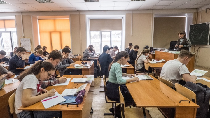 «Мобильника не должно быть на парте»: новосибирские учителя — о вреде телефонов в школах