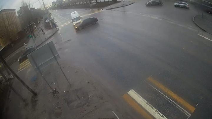 В Волгограде попало на видео ДТП с маршрутным такси