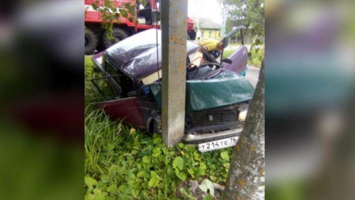 В Ярославской области пьяный водитель на полном ходу влетел в столб