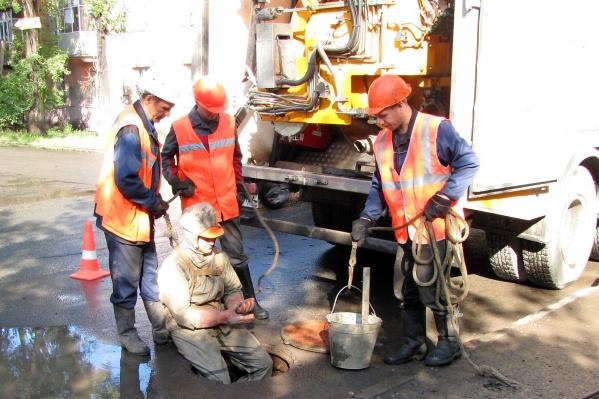 В августе слесари чистили трубопроводы и колодцы 1443 раза