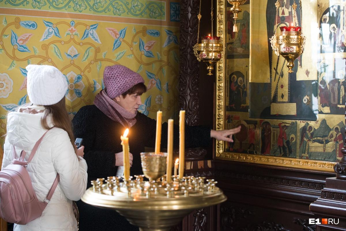 Икона написана на фоне святой горы Афон. На ней изображено житие святой Екатерины